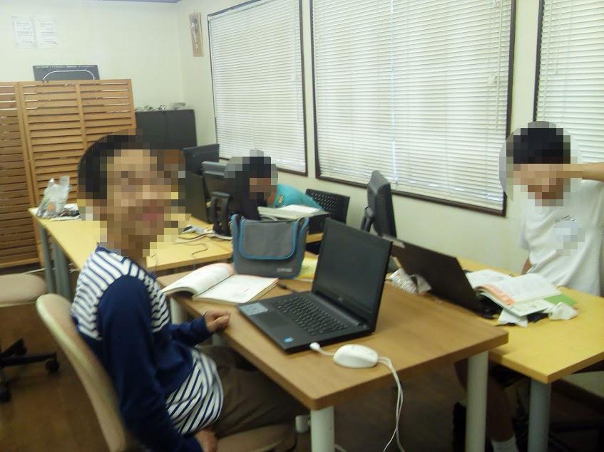 自由にプログラミングする中学生