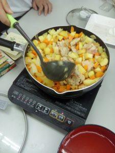ジャガイモ、ニンジン、玉ねぎを炒める。