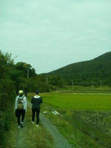 小田休憩所を出発し、宝篋山の山頂を目指します。今年はつくば高等学院生8人が参加しました。