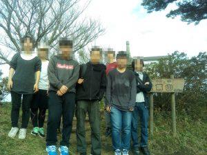 つくば高等学院性が2018年11月に宝篋山登山。山頂にて記念撮影。