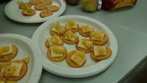 リッツとチーズとりんご