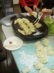 焼けたら片っ端から餃子を食べつくします。100個間食しました。
