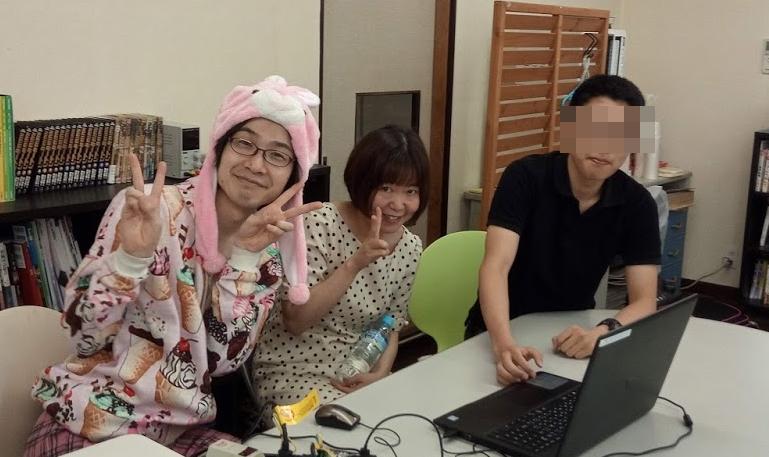 スクラッチを楽しむ声優の武藤香奈さんとやまこさん。