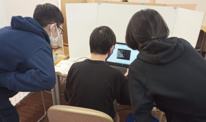 中学生にプログラミングを教える高校生